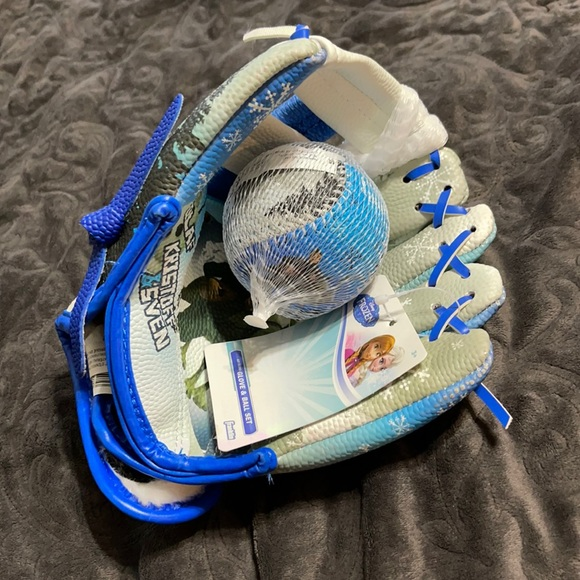 Frozen glove and ball set - new with tags